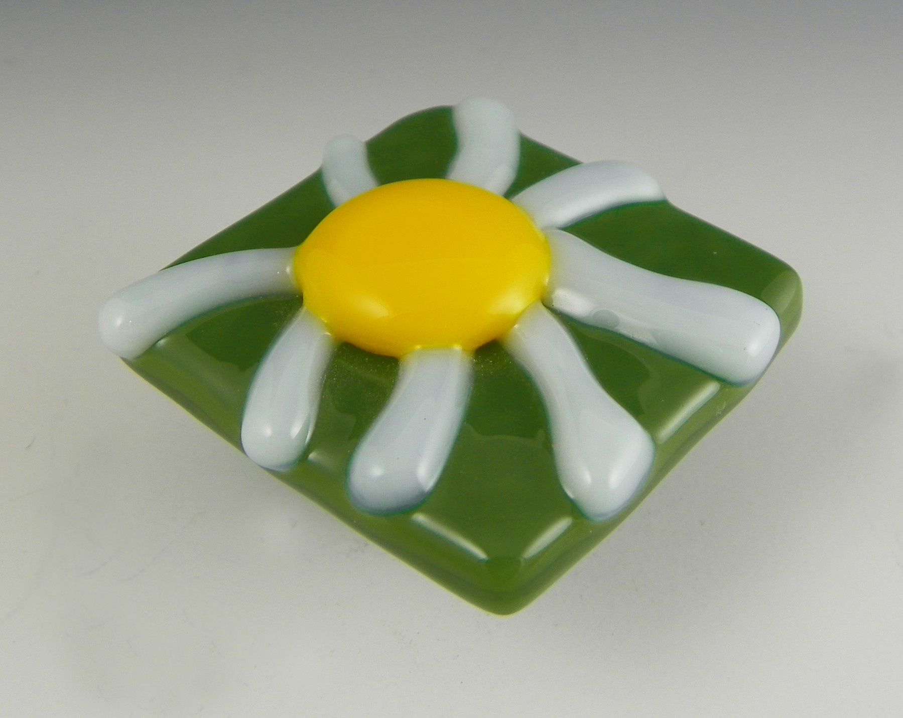 Grace White Glass Daisy